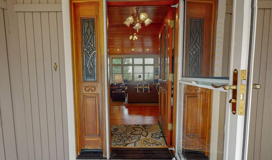Sagner-Front-door-into-entry